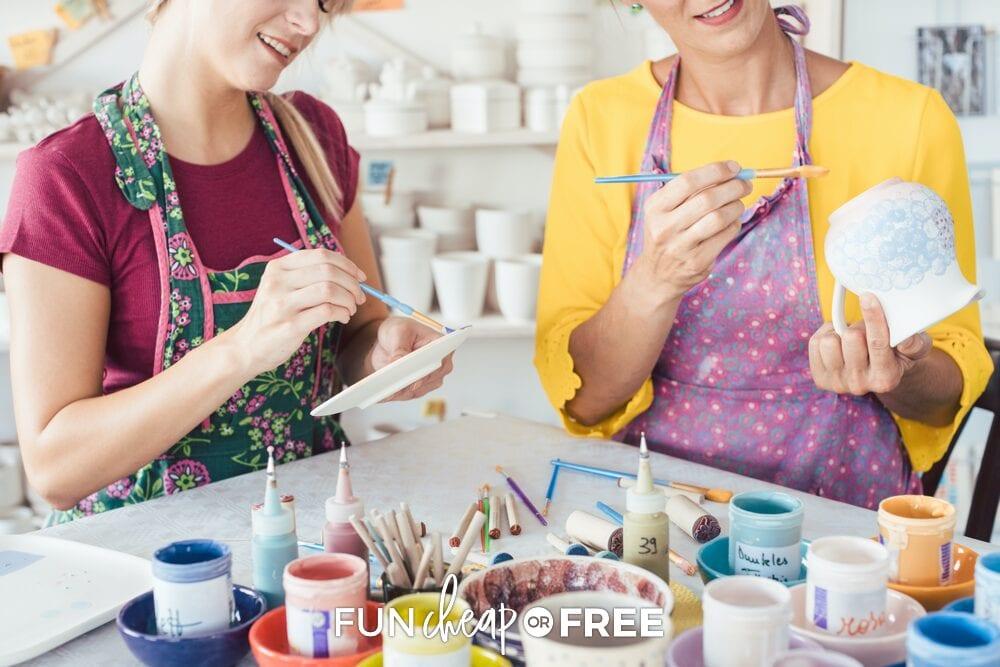 Femmes peignant des céramiques, de Fun Cheap or Free
